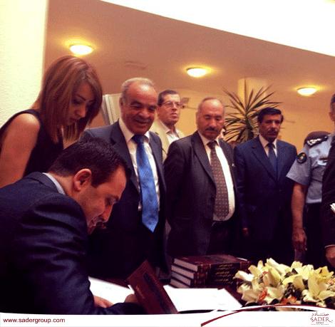 """""""نصراوين يوقع كتابه """"الحقّ في التجمّع السلمي في القانون الأردني والاتفاقيات الدوليّة - دراسة مقارنة"""
